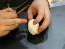 Técnica que graba los huevos y después que los pinta
