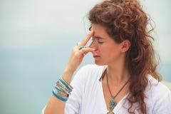 Técnicas de respiração da ioga da prática da jovem mulher exteriores Imagens de Stock Royalty Free