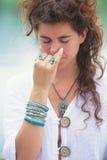 Técnicas de respiração da ioga da prática da mulher exteriores Fotografia de Stock