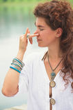 Técnicas de respiração da ioga da prática da mulher exteriores Imagens de Stock