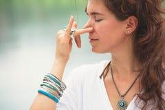 Técnicas de respiración de la yoga de la práctica de la mujer al aire libre imágenes de archivo libres de regalías