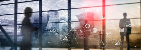Técnicas mixtas de la exposición doble Diagramas e iconos en la pantalla del holograma Hombres de negocios y ciudad moderna en fo fotografía de archivo libre de regalías