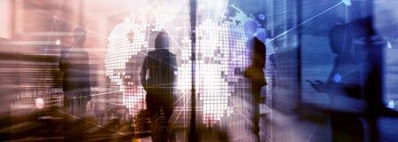 Técnicas mixtas de la exposición doble holograma del planeta de la tierra 3D y estructura de la comunicación Concepto mundial de  imagen de archivo