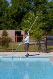 Técnico activo del servicio de la piscina Foto de archivo libre de regalías