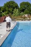 Técnico activo del servicio de la piscina Fotografía de archivo
