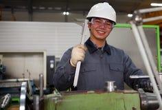 Técnico asiático na oficina da ferramenta Foto de Stock Royalty Free