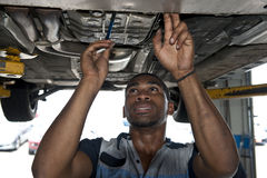 Técnico automotriz Examining Vehicle fotografía de archivo