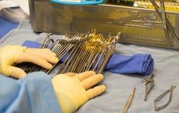 Técnico cirúrgico que prepara instrumentos para uma operação Foto de Stock Royalty Free