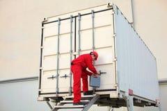 técnico con la caja de herramienta que abre el taller movible en envase Foto de archivo