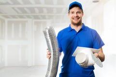 Técnico da ATAC pronto para instalar o sistema de ventilação na casa imagens de stock