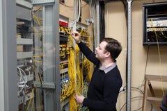 Técnico da rede no quarto do server imagens de stock