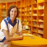 Técnico de la farmacia en el contador Foto de archivo