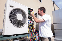 Técnico de la HVAC fotografía de archivo libre de regalías