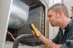 Técnico de la HVAC con el detector de escape fotos de archivo libres de regalías