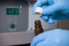 Técnico de laboratório com um tubo de ensaio Foto de Stock Royalty Free