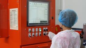 Técnico de laboratório em um terno protetor, Polônia 01 2013 Imagem de Stock Royalty Free