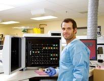 Técnico de laboratorio con el espécimen de la cultura de la sangre Imagenes de archivo