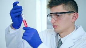Técnico de laboratorio en la capa blanca almacen de video