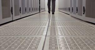 Técnico de los datos que camina a través de pasillo del armario metrajes