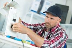 Técnico de sexo masculino del aire acondicionado foto de archivo libre de regalías