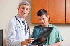 Técnico de Standing With Male del radiólogo Fotografía de archivo libre de regalías