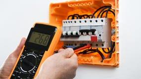 Técnico del electricista en el trabajo sobre un panel eléctrico residencial almacen de metraje de vídeo