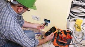 Técnico del electricista en el trabajo sobre un sistema eléctrico residencial Sector de la construcción almacen de metraje de vídeo