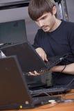 Técnico del ordenador que instala software Foto de archivo libre de regalías