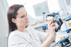 Técnico dental ou trabalhador fêmea da prótese Processo protético da odontologia fotos de stock royalty free