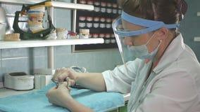 Técnico dental que faz da dentadura em um laboratório dental Fotos de Stock