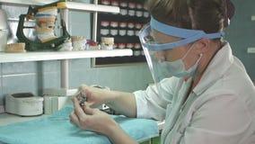 Técnico dental que hace de la dentadura en un laboratorio dental metrajes