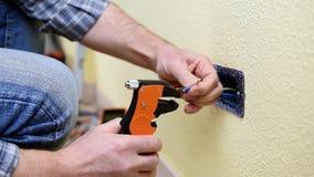 Técnico do eletricista no trabalho em um sistema bonde residencial Indústria da construção civil video estoque