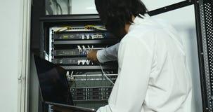 Técnico do Internet que verifica o armário de modem vídeos de arquivo