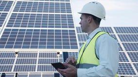 Técnico do painel solar que usa a disposição próxima da tabuleta Imagens de Stock