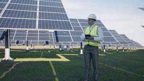 Técnico do painel solar que usa a disposição próxima da tabuleta Fotografia de Stock