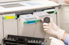 Técnico do tiro do close up que fixa a fotocopiadora quebrada Fotografia de Stock Royalty Free