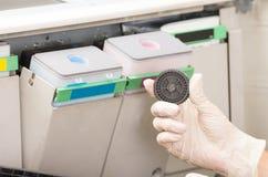 Técnico do tiro do close up que fixa a fotocopiadora quebrada Foto de Stock Royalty Free