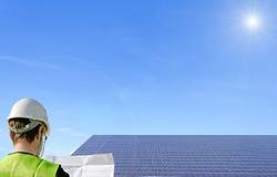 Técnico e painéis solares Imagens de Stock Royalty Free