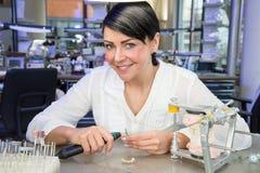 Técnico dental em um laboratório que sorri no trabalho Fotos de Stock Royalty Free