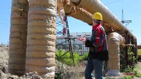 Técnico en la estación del electropower del calor almacen de video