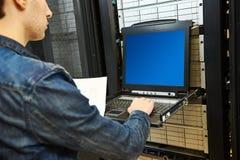 Técnico en sitio del servidor Fotografía de archivo libre de regalías