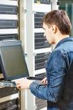Técnico en sitio del servidor Imagen de archivo libre de regalías