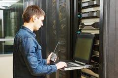 Técnico en sitio del servidor Imágenes de archivo libres de regalías