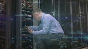 T?cnico en un cuarto del servidor almacen de metraje de vídeo