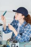 Técnico fêmea que trabalha com transistor foto de stock