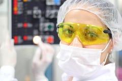 Técnico farmacéutico en el trabajo Fotos de archivo libres de regalías