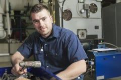 Técnico industrial dentro de um lugar industrial fotografia de stock royalty free