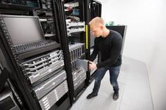 Técnico Installing Blade Server de las TIC en chasis en Datacenter Foto de archivo