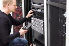 Técnico mantiene los servidores un SAN en datacenter Fotos de archivo libres de regalías