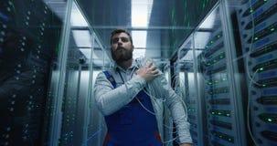 Técnico masculino que trabalha em um centro de dados video estoque